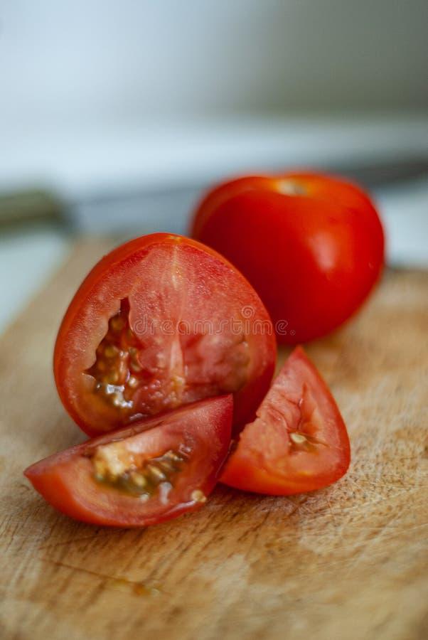 Tomater på en vit bakgrund lägger lägenheten på begreppet av mat arkivfoto
