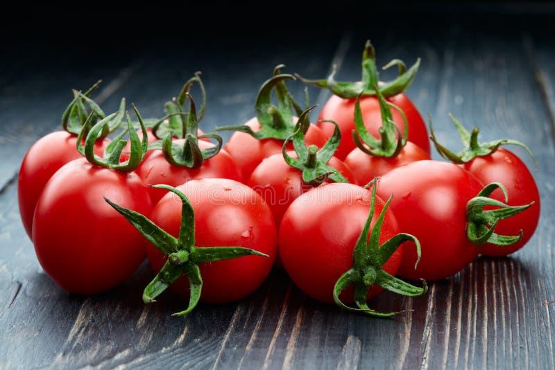 Tomater på träbakgrund fotografering för bildbyråer