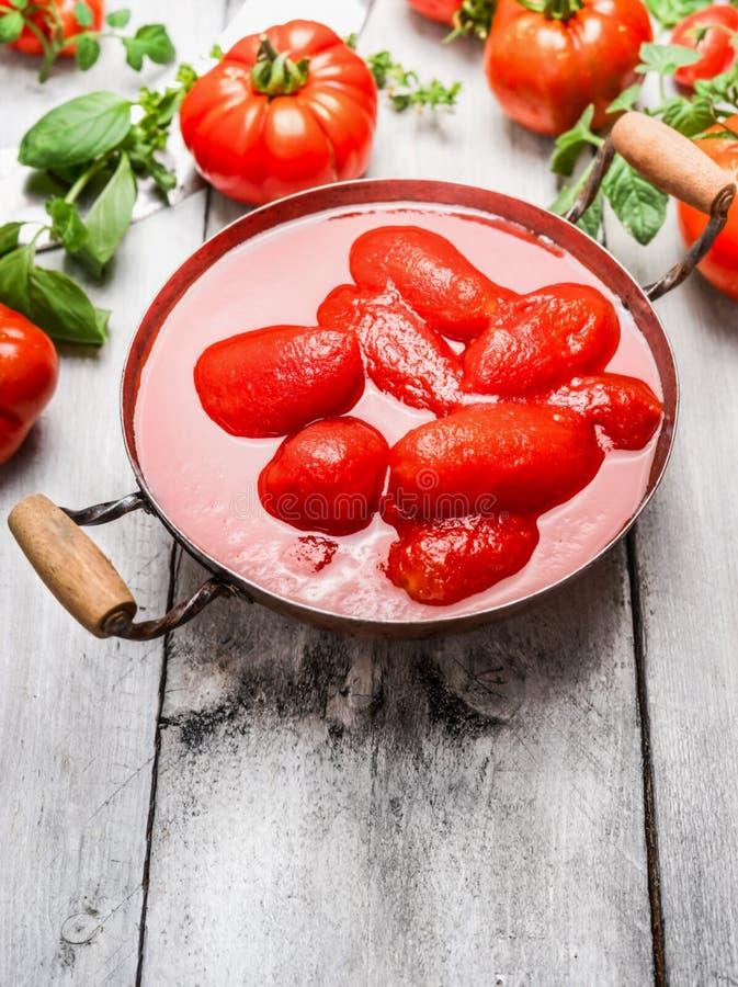 Tomates épluchées dans le vintage faisant cuire la casserole image libre de droits