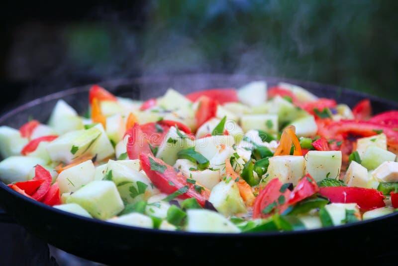 Tomates, abobrinha, peper, cebola cozinhada foto de stock