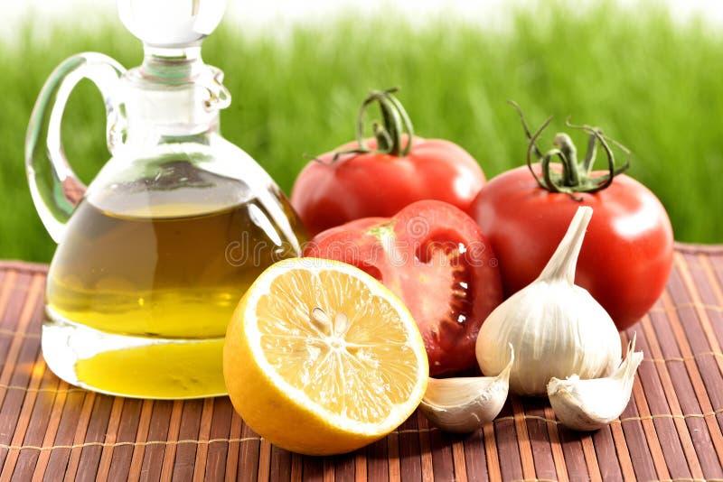 Tomates, ajo, limón, tomates y aceite imágenes de archivo libres de regalías