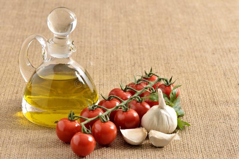 Tomates, ajo, tomates, perejil y aceite imagen de archivo libre de regalías