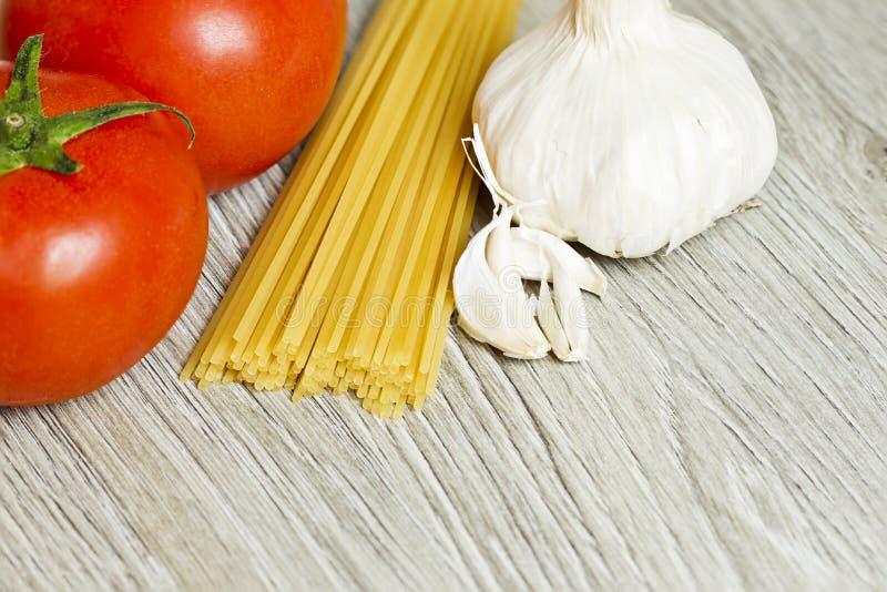 Tomates, alho e espaguetes fotos de stock royalty free