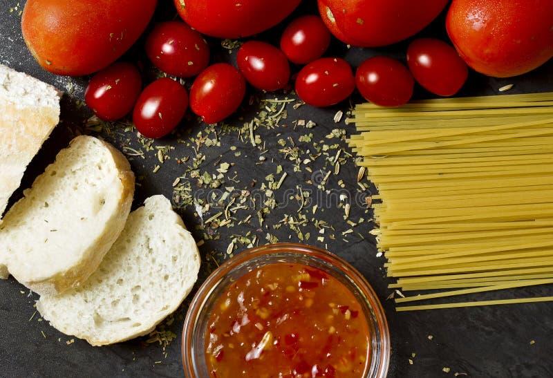 Tomates, alho e espaguetes fotos de stock