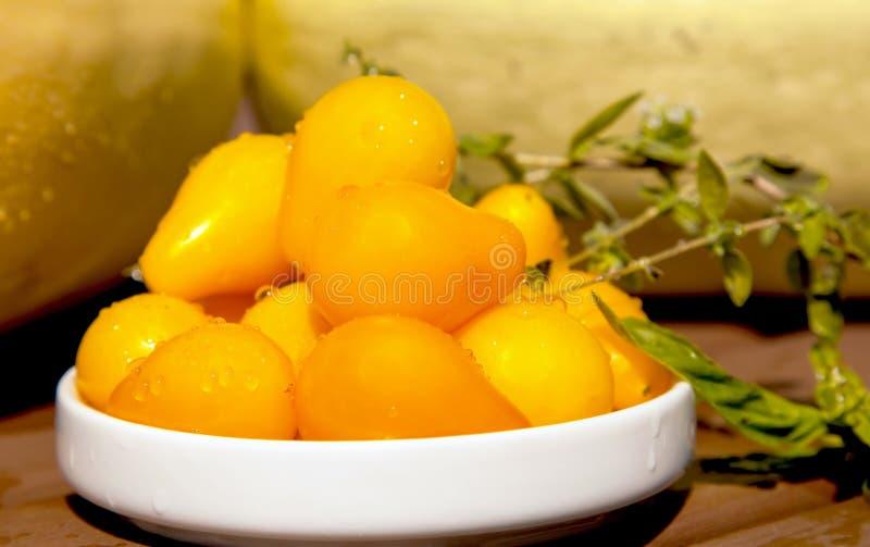 Tomates amarillos orgánicos frescos de la lágrima fotografía de archivo