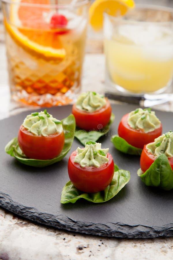 Tomates bourrées de fromage d'avocat photographie stock libre de droits