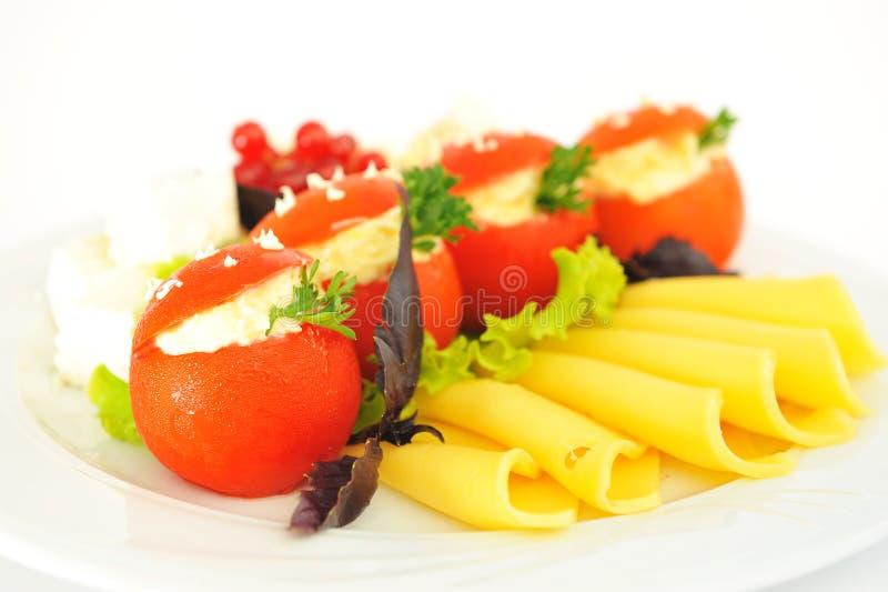 Tomates bourrées du fromage, admirablement décoré. photo libre de droits
