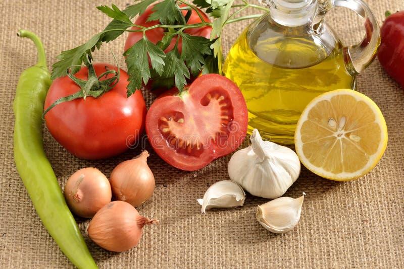 Tomates cebolla, ajo, pimienta, tomates imagen de archivo libre de regalías