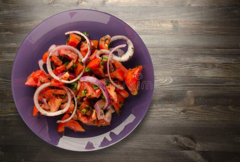 Download Tomates, Cebolla, Hinojo En Una Placa En Un Fondo De Madera Imagen de archivo - Imagen de cierre, fork: 100528983
