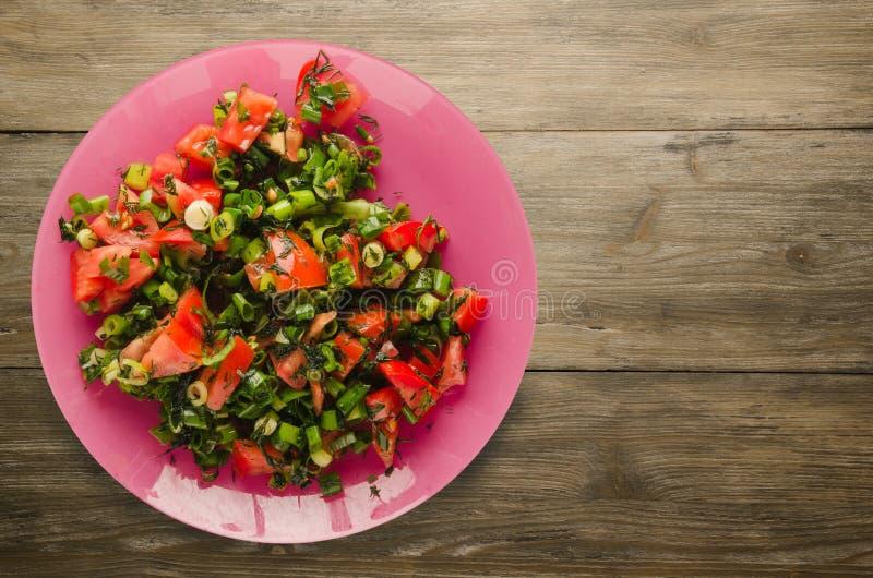 Download Tomates, Cebolla, Hinojo En Una Placa En Un Fondo De Madera Imagen de archivo - Imagen de producto, fork: 100529373