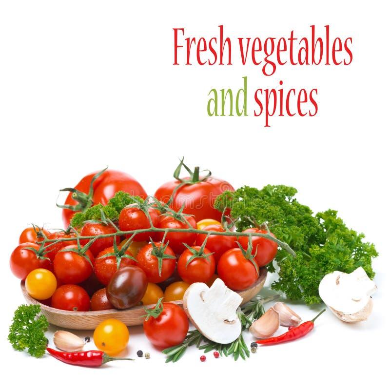 Tomates-cerises colorées dans une cuvette en bois, champignons, herbes images stock