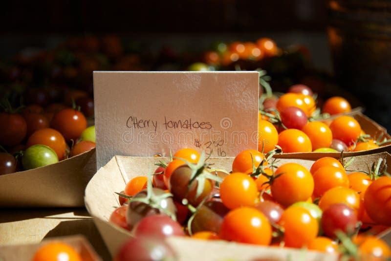 Tomates-cerises d'héritage à vendre sur le marché de l'agriculteur de l'été photographie stock libre de droits