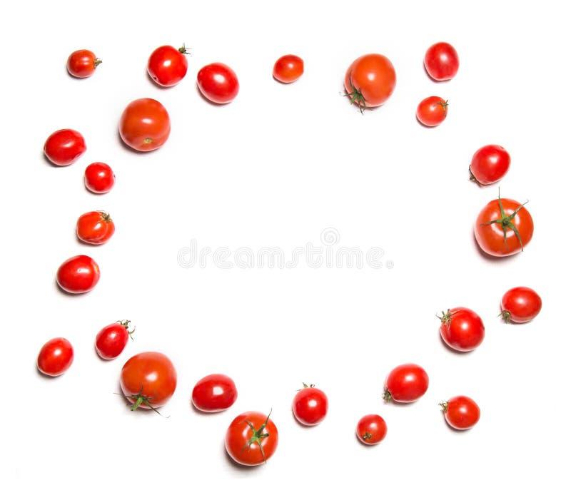 Tomates-cerises d'isolement sur la vue supérieure blanche dans la forme du cercle Cadre végétal rond image stock