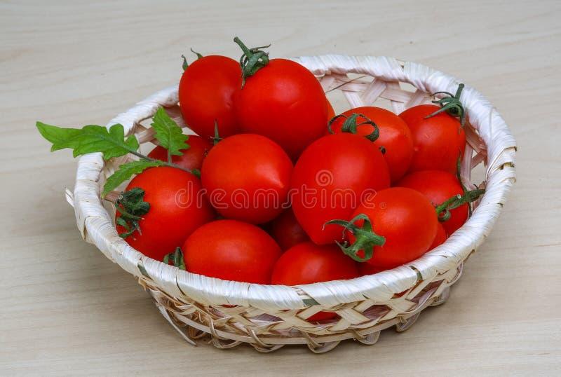 Tomates-cerises dans le panier photo stock