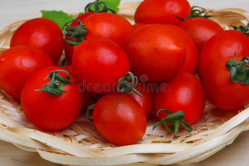 Tomates-cerises dans le panier image stock