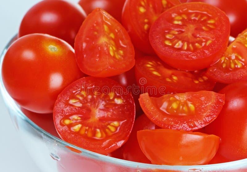 Tomates-cerises en plan rapproché de cuvette en verre images stock