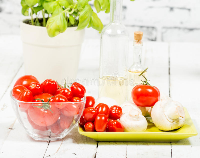 Tomates-cerises et quelques champignons photographie stock