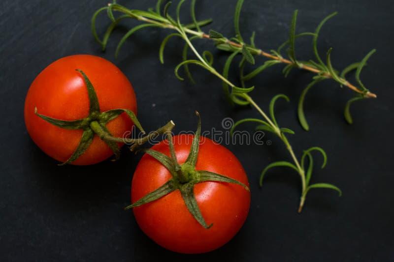 Tomates-cerises et romarin photo stock
