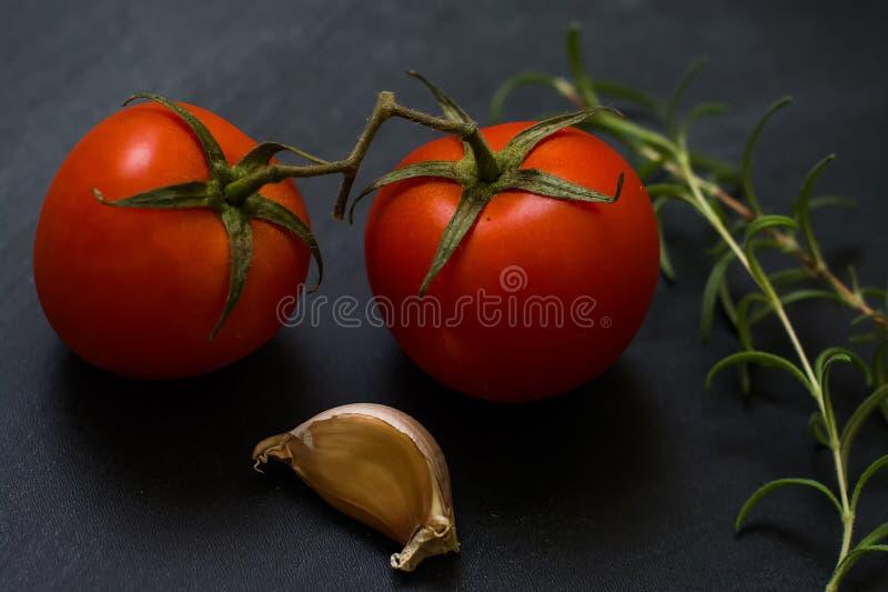 Tomates-cerises et romarin, ail photo libre de droits