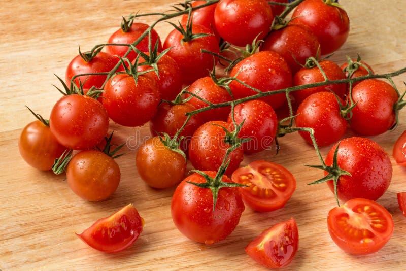 Tomates-cerises - fond en bois de baisses de l'eau image stock