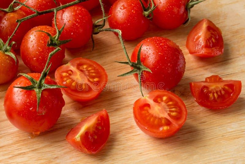 Tomates-cerises - fond en bois de baisses de l'eau image libre de droits