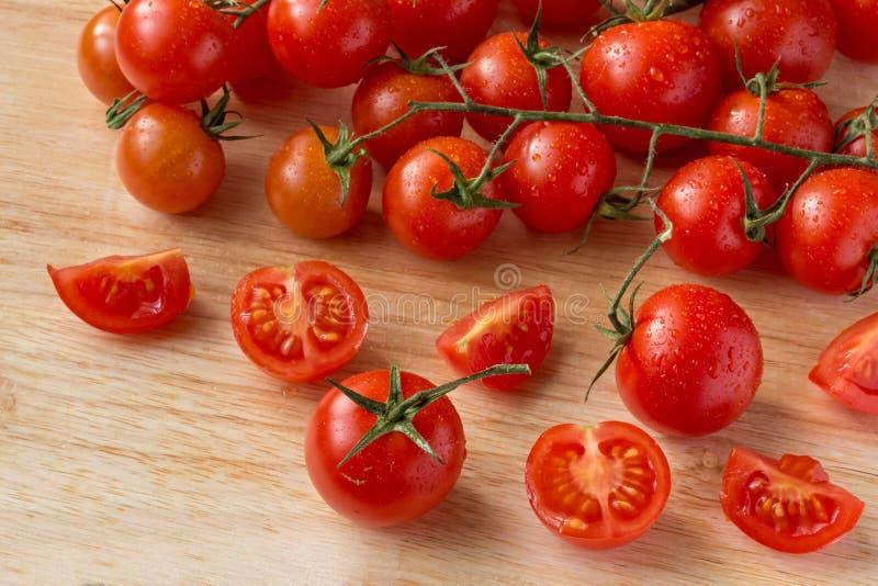Tomates-cerises - fond en bois de baisses de l'eau photo libre de droits