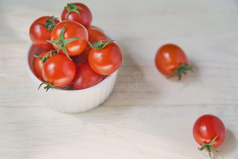 Tomates-cerises fraîches sur la table en bois blanche Nourriture de légumes, saine et de suivre un régime organique photographie stock libre de droits