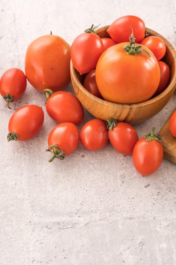 Tomates-cerises jaunes et rouges fraîches dans un panier sur un panneau de ciment, fin, l'espace de copie, vue supérieure photo stock