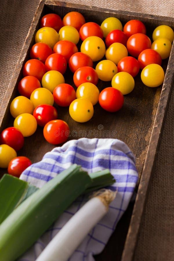 Tomates-cerises rouges et jaunes dans la boîte en bois photo stock