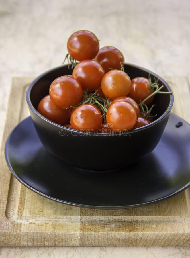 Tomates-cerises rouges juteuses fraîches images libres de droits