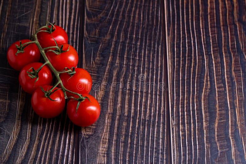 Tomates-cerises sur la table en bois photographie stock libre de droits