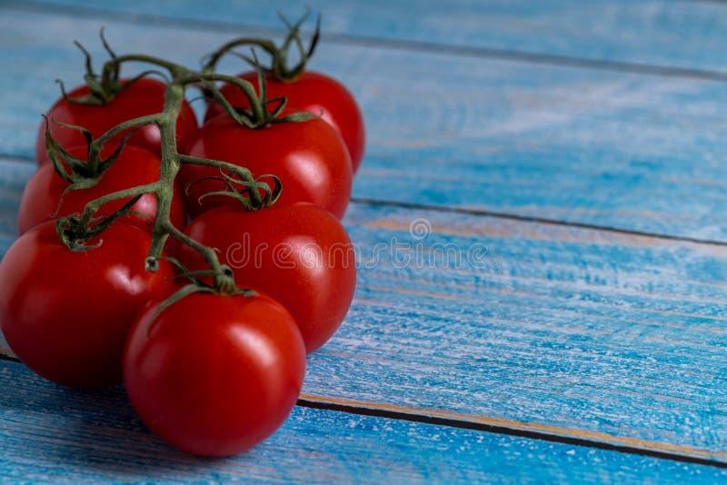 Tomates-cerises sur la table en bois photographie stock