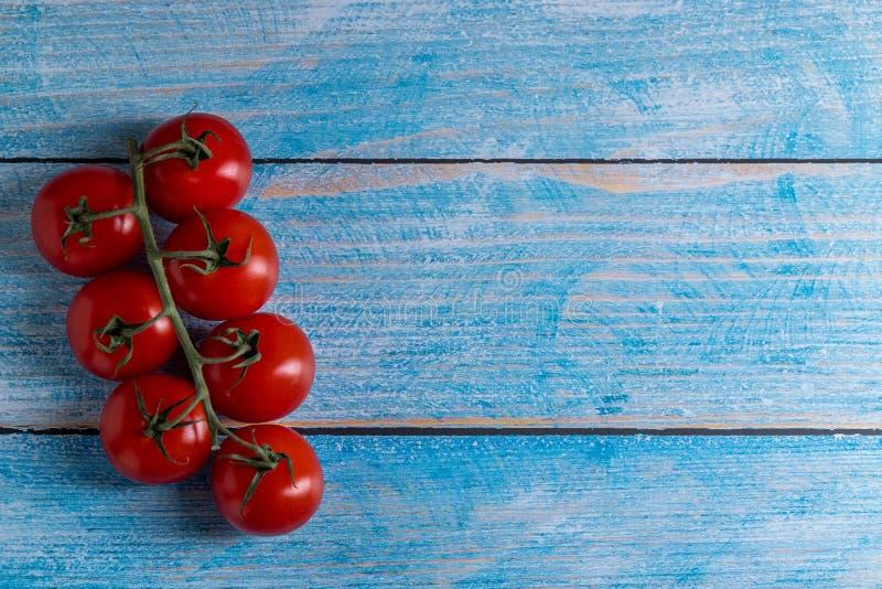 Tomates-cerises sur la table en bois photo stock