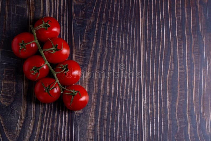 Tomates-cerises sur la table en bois image libre de droits