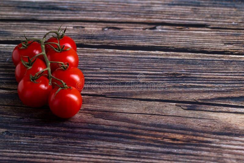 Tomates-cerises sur la table en bois photo libre de droits