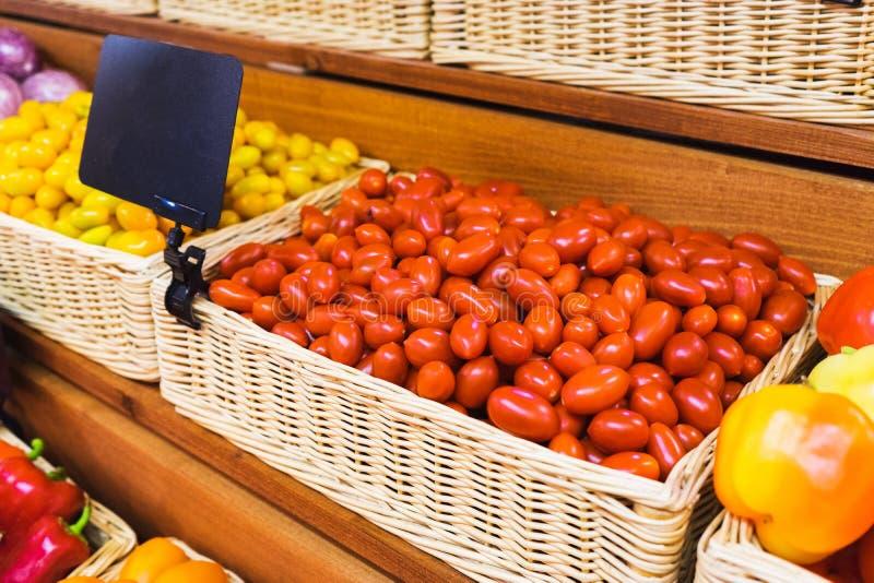 Tomates-cerises sur le compteur du marché végétal Vue en gros plan et supérieure des légumes frais sur des rayons de magasin photos libres de droits