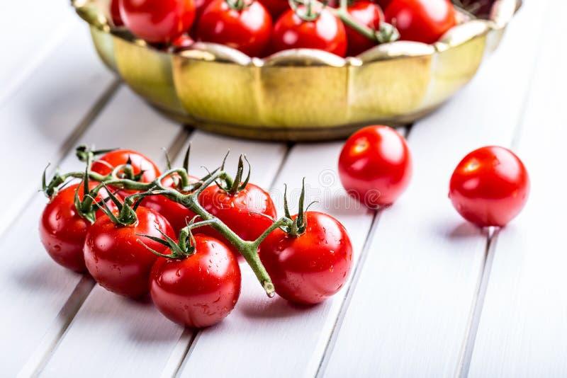 Tomates Cherry Tomatoes Tomates de cocktail Carafe fraîche de tomates de raisin avec l'huile d'olive image stock
