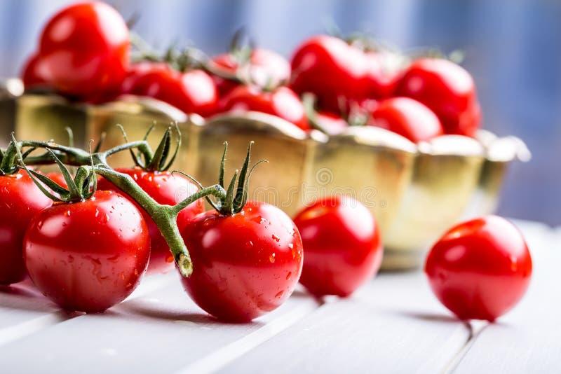 Tomates Cherry Tomatoes Tomates do cocktail Garrafa fresca dos tomates da uva com azeite imagem de stock