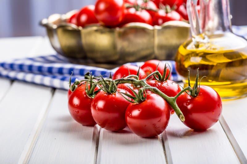 Tomates Cherry Tomatoes Tomates do cocktail Garrafa fresca dos tomates da uva com azeite fotografia de stock royalty free