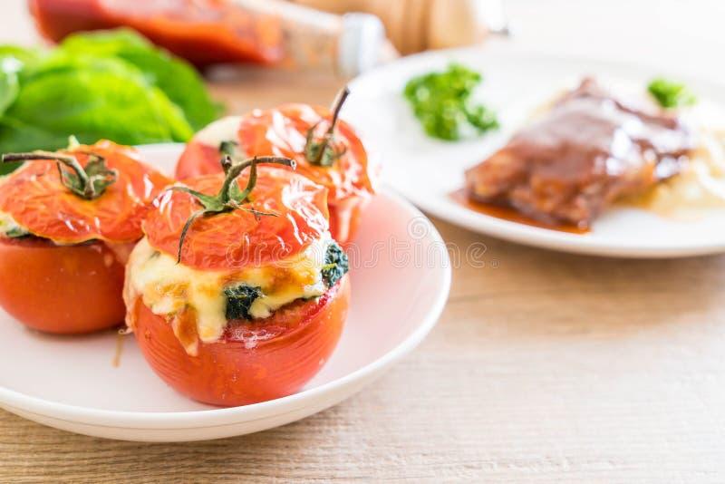 tomates cocidos rellenos con queso y espinaca fotos de archivo