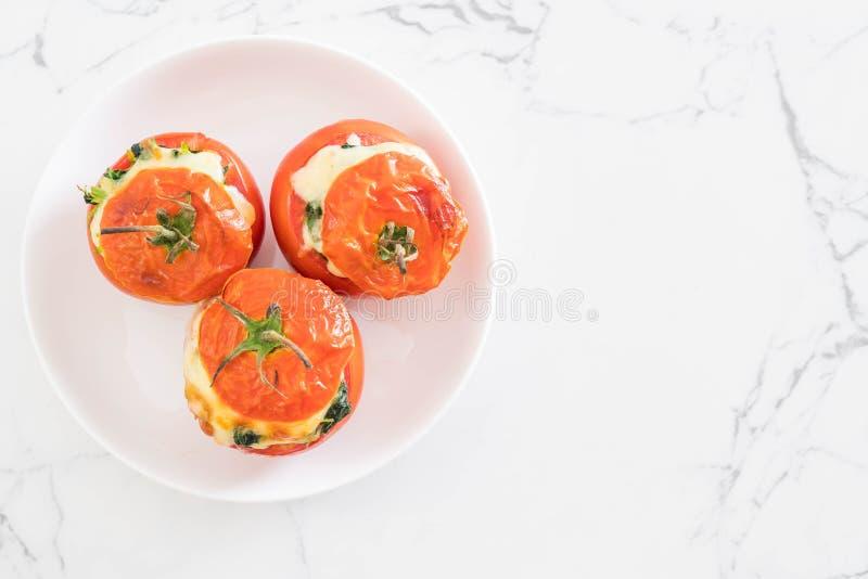 tomates cocidos rellenos con queso y espinaca imágenes de archivo libres de regalías