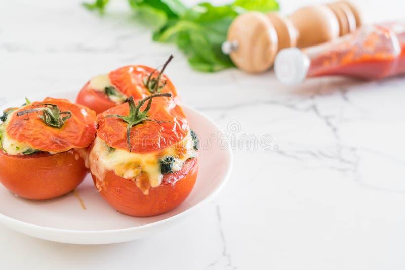 tomates cocidos rellenos con queso y espinaca fotografía de archivo libre de regalías