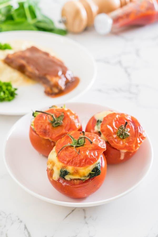 tomates cocidos rellenos con queso y espinaca fotografía de archivo