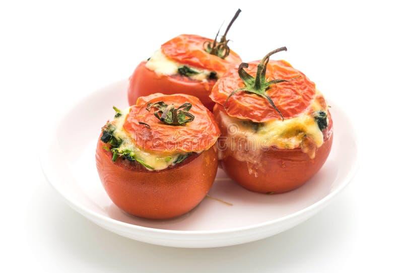 tomates cocidos rellenos con queso y espinaca imagen de archivo
