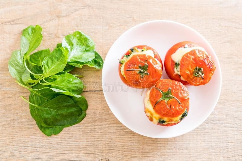 tomates cocidos rellenos con queso y espinaca fotos de archivo libres de regalías