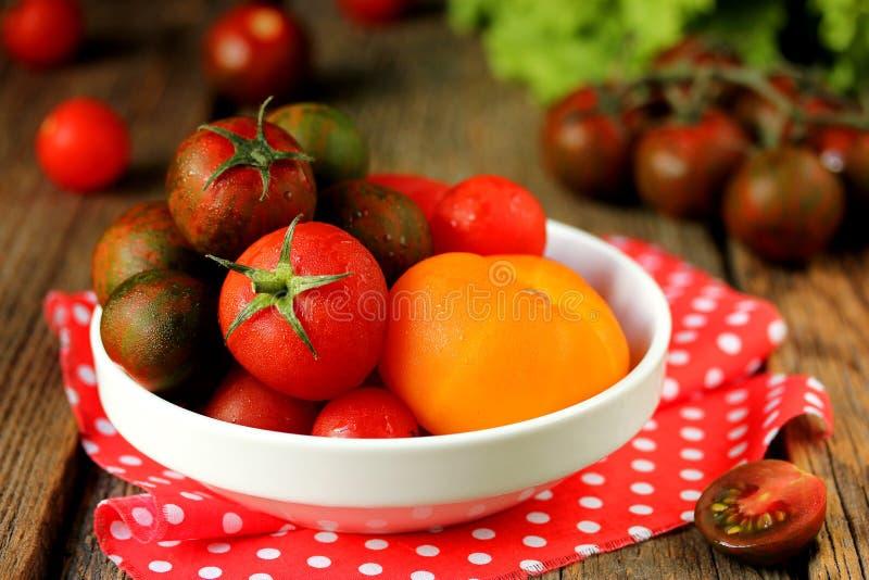 Tomates colorées rouges, jaunes et belles image libre de droits