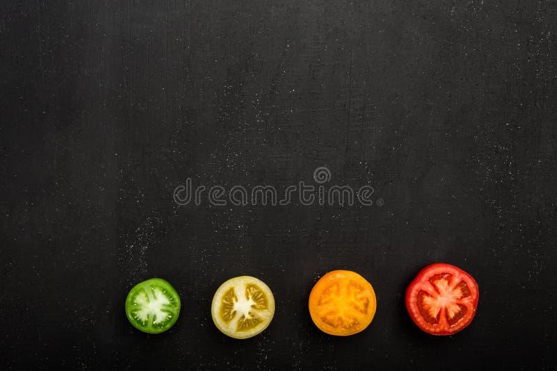 Tomates colores cortados o partido en dos, diversos de la visión superior, Verduras frescas del otoño, espacio de la copia fotografía de archivo