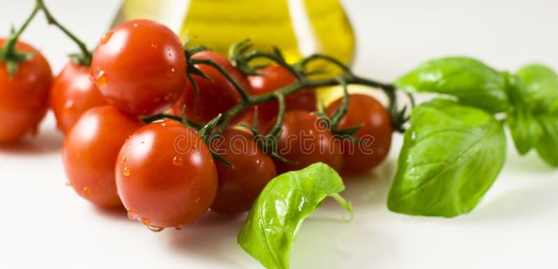 Tomates com manjericão imagens de stock