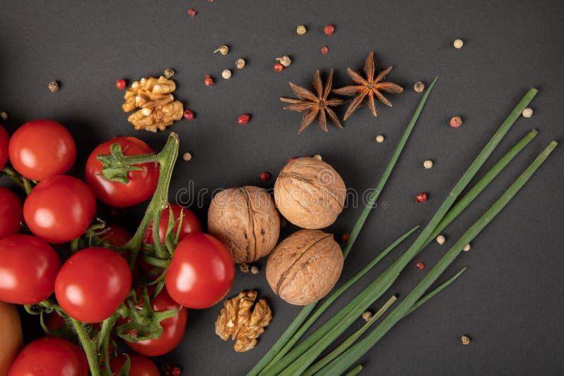 Tomates com porcas gregas imagem de stock
