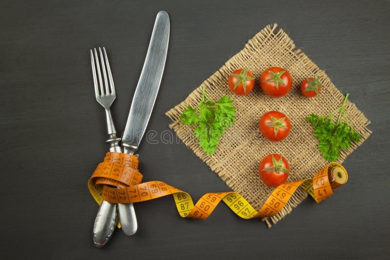 Tomates como la comida de la dieta Preparación de comidas sanas Verduras frescas en un vector de madera imagen de archivo